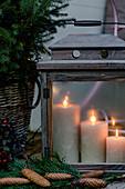 Laterne mit brennenden Kerzen