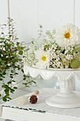 Tortenplatte mit weißen Blüten