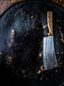 Fleischerbeil auf dunklem Untergrund