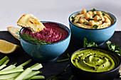 Dreierlei Hummus mit Gemüsesticks und Fladenbrot