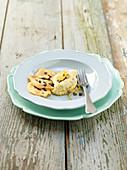 Flussbarschpüree mit Kartoffel-Oliven-Plätzchen, Kapern und kandierten Zitronenzesten