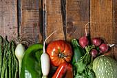 Frisches Bio-Gemüse auf dunklem Holztisch