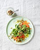Feldsalat mit Karotten und Sprossen