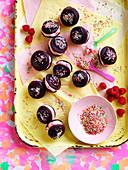 Schokoladen-Himbeer-Kisses mit Zuckerstreuseln