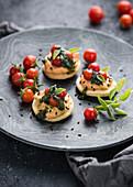Herzhafte Mürbeteigplätzchen mit Chili-Hummus, Cocktail-Tomaten und Basilikum-Pesto. Vegan.