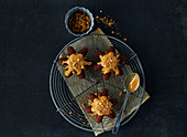 Star-shaped caramel cake with speculum crumbs