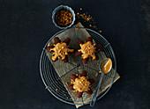 Sternförmige Karamellkuchen mit Spekulatiuskrümeln