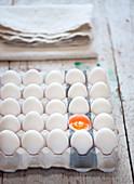 Eierstilleben mit aufgeschlagenem Ei