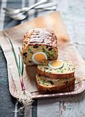 Pikanter Kuchen mit Favebohnen, Pecorino, Oliven und Ei