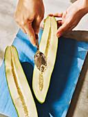 Grüne Papaya entkernen