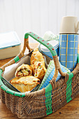 Picknickkorb mit Cornish Pasties und Thermoskanne