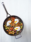 Süsskartoffel-Rosenkohl-Pfanne mit pochierten Eiern