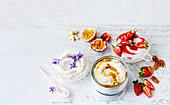 Veganer Joghurt mit Passionsfrucht und Erdbeere