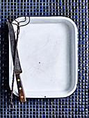Backblech mit Fleischgabel und Messer