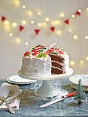Weihnachtstorte verziert mit Zuckerrstangen und Fruchtgummis