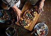 Frisch gebackene rustikale Pizza mit Feigen, Prosciutto und Ziegenkäse