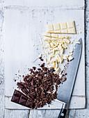 Weisse und dunkle Schokolade, teilweise gehackt