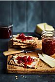 Quitten-Rosen-Marmelade mit Vanille auf Knäckebrot