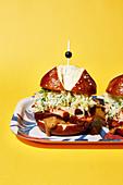 Bayerischer Leberkäse-Burger mit Krautsalat