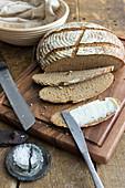 Selbstgebackenes Brot mit Butter und Salz