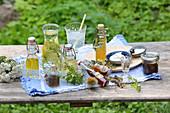 Verschiedene Tinkturen, Tee und Sirup aus Heilkräutern