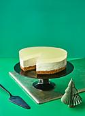 Key Lime Cheesecake vor grüner Hintergrund