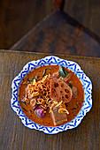 Massaman-Curry mit Beef Brisket und frittierter Lotuswurzel (Indien)