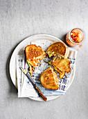 Gegrillte Toasties mit Käse und Kimchi (Asien)