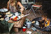 Camping-Frühstück vom Lagerfeuer