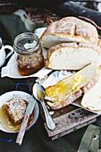 Damper mit Butter und Honig