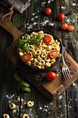 Hausgemachte Tortellini mit Kirschtomaten und frischem Basilikum