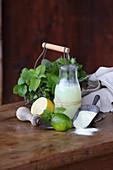 Molke, Molkepulver, Limette, Zitrone und frische Kräuter