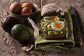 Avocadobrötchen mit Ei und Dill