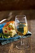 Weissweinglas auf Holztisch