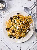 Linguine mit Wirsing, Oliven und Feta