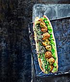 Baguettesandwich mit Avocado-Hummus, Falafel und Saubohnen