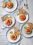 Lachstatar mit Pickles und gebeiztem Eigelb