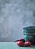 Essschalen und rote Zwiebeln
