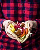 Veganer Döner mit hausgemachtem Pita und Knoblauch 'Mayo'