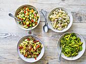 Vier verschiedene Nudelsalate - Caprese, mit Garnelen, Wurst und Erbsen