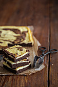 Cheesecake-Brownies auf Backpapier