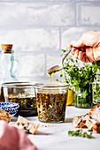 Dip aus Olivenöl, Kräutern und Gewürzen