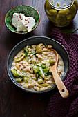 Bohneneintopf mit Endivie, Feta und Oliven