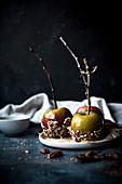 Herbstliche Karamelläpfel am Stiel mit gehackten Pekannüssen