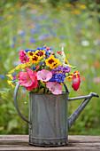 Bunter Sommerblumen-Strauß in Zink-Gießkanne