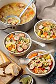 Kohlsuppe mit Wurst und Kartoffeln