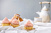 Cupcakes mit rosa Buttercreme-Frosting zum Tee