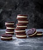 Schokoladen-Tahini-Kekse, gestapelt