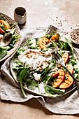 Sommersalat mit Feldsalat, Pfirsichen und Burrata