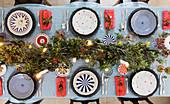 Festlich gedeckter Tisch zu Weihnachten von oben